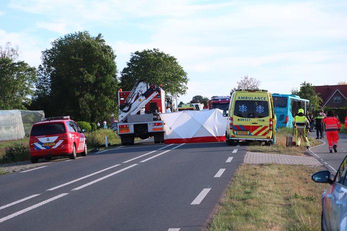 Er zijn veel hulpdiensten aanwezig op de plek van het ongeval.