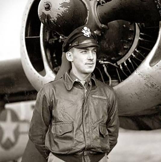 Piloot luitenant Haynes M. Baumgardner van de Liberator bommenwerper.