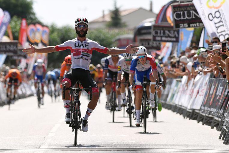 Fernando Gaviria (hersteld van het coronavirus) gaat als eerste over de finish van de tweede etappe van de Ronde van Burgos. Beeld Getty Images