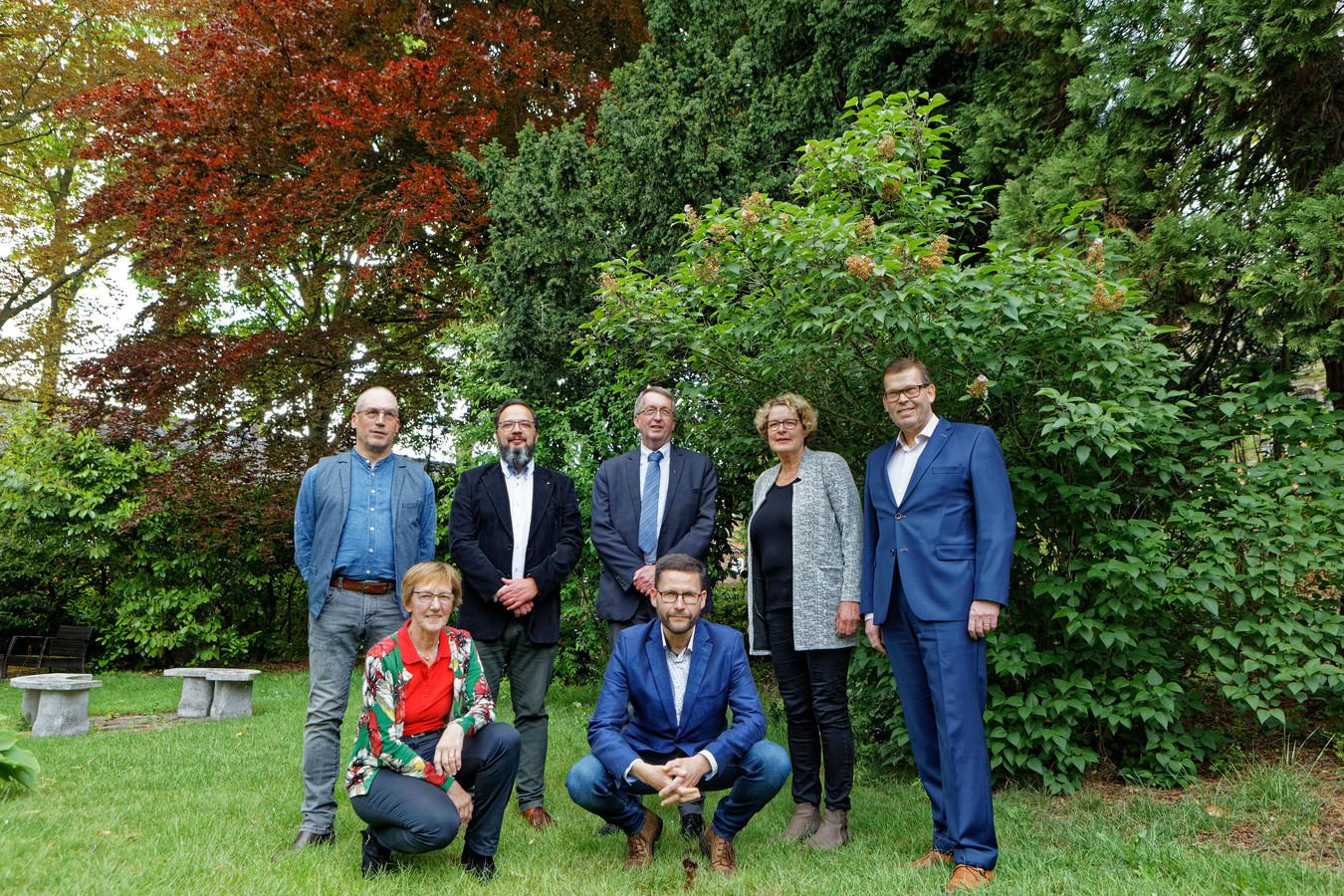 Zes katholieke parochies (in Chaam, Baarle-Nassau, Ulicoten, Alphen, Riel en Gilze) fuseren tot 1 grote nieuwe parochie. Hier het nieuwe bestuur in de tuin van de pastorie in Alphen.