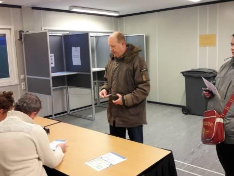 De eerste stemmers van Tilburg: Remco en Hein. 'Daar pak ik een trein later voor'