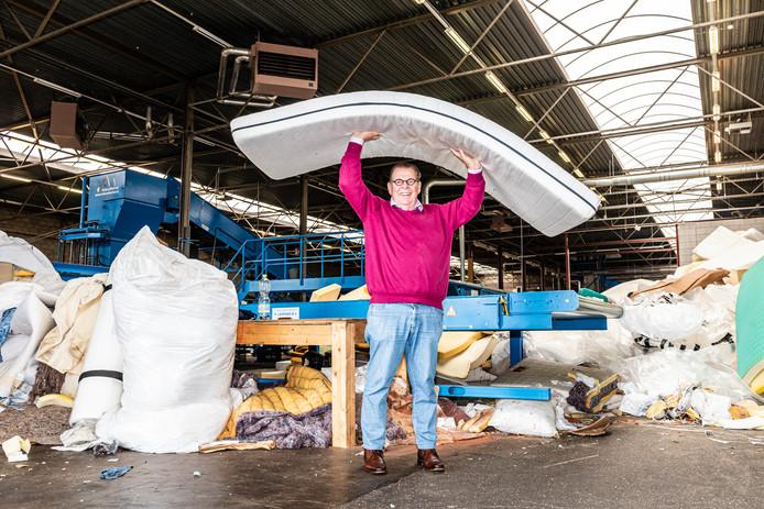 Ondernemer en matrassen-recyclingbaas Nanne Fioole in de grote bedrijfshal aan de Alphense Rijnhaven. ,,Bijna alles wordt hergebruikt. Van de matras blijft uiteindelijk 6 tot 7 procent echt afval over.