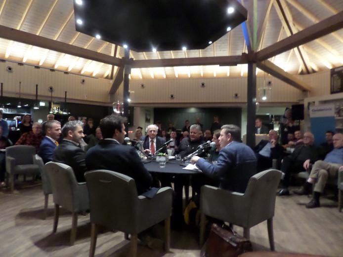 Aan de tafel met Hendrik Hoeksema en Loes van Suylekom (rechts)
