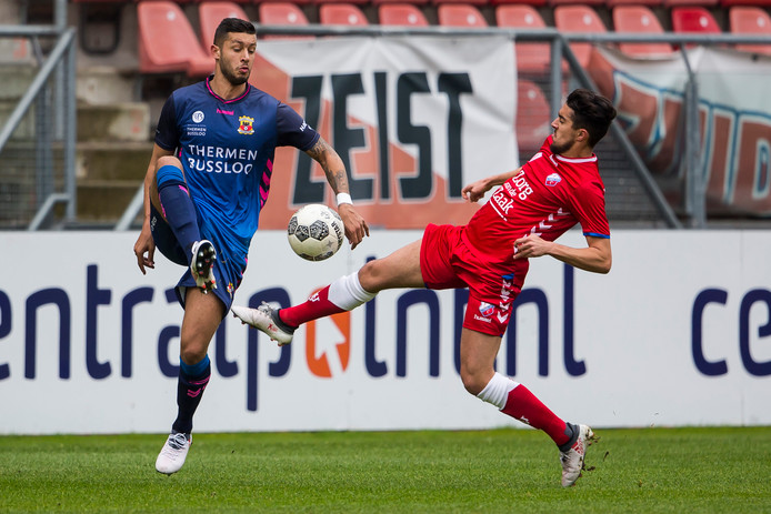 GA Eagles-speler Robin Buwalda (l) in duel met Jong FC Utrecht-speler Karim Loukili (r)