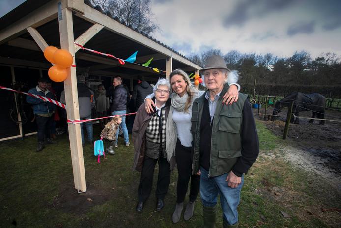 Nieuwe schuilplek voor de paarden van Piet Goossens (links) werd vorig jaar feestelijk geopend voor vrienden en bekenden. In het midden: nichtje Sarah Smulders, rechts: Francien,  de echtgenote van Piet.