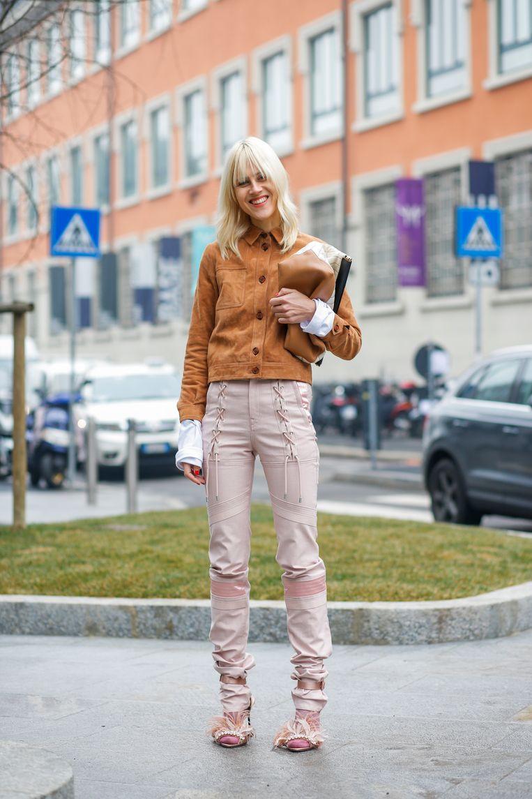 Linda Tol in een jasje van Les Coyotes de Paris, broek van Diesel Black Gold en schoenen van Miu Miu op weg naar de Diesel Black Gold-show in Milaan, 2016.  Beeld