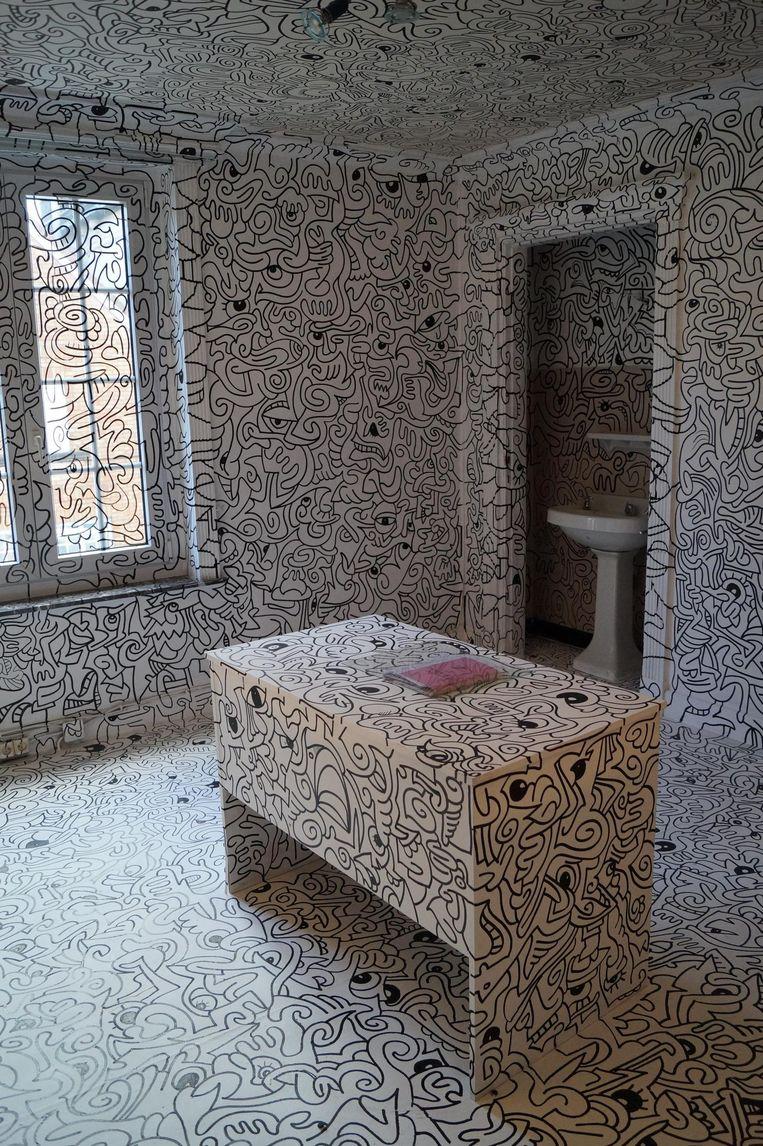 Bijna het hele huis werd volgetekend met grillige vormen