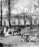 Het oudste Kunstmin. Met stoelen in de ruststand. Toch een van de oudste terrassen in Dordrecht.