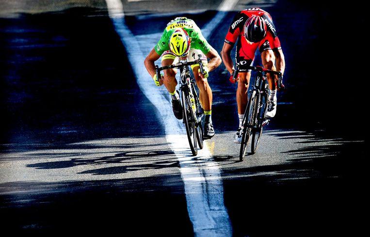 Greg van Avermaet (r) en Peter Sagan sprinten voor de etappewinst, 17 juli 2015. Beeld null