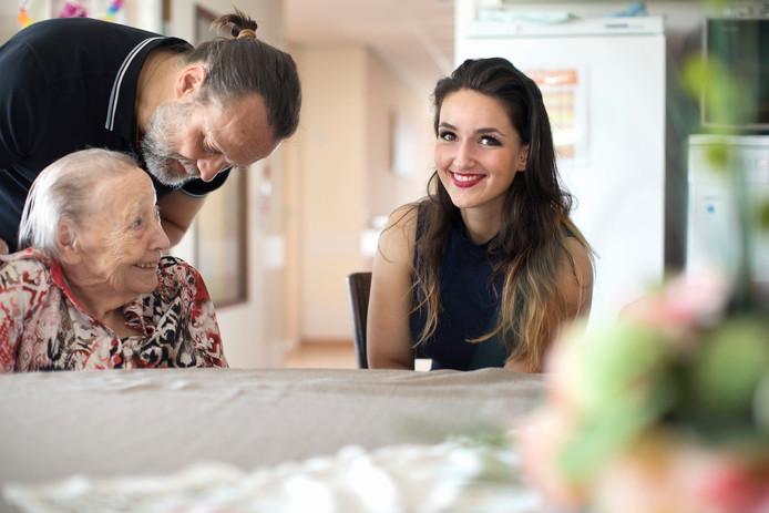 Nadia met Hugo Borst en zijn moeder