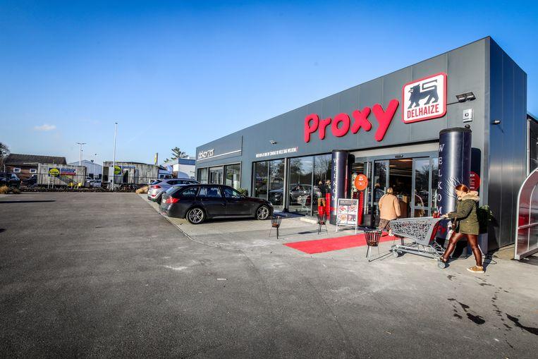 Vestigingen van Proxy Delhaize in Izegem maar ook in Kortrijk waren slachtoffer van winkeldiefstallen door het koppeltje.