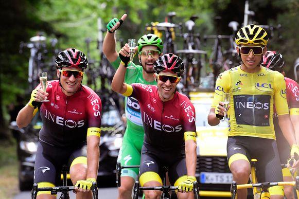 Peter Sagan doet een photobomb achter Team Ineos.