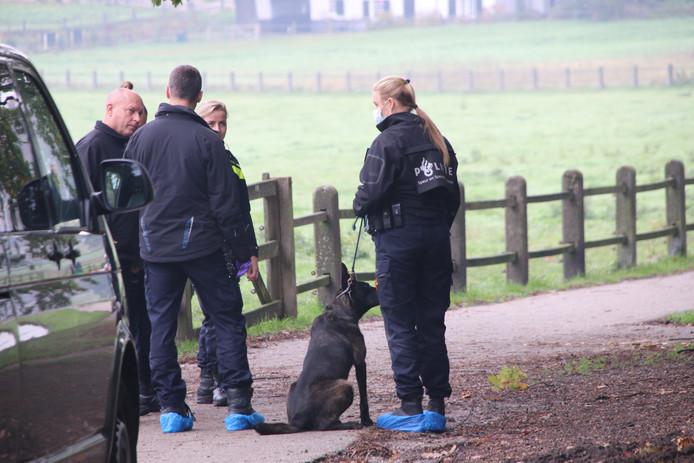 Bij het sporenonderzoek in Park Sonsbeek worden ook speurhonden ingezet.