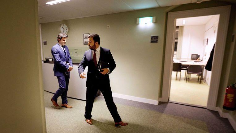 Tunahan Kuzu (links) en Selcuk Ozturk worden door de pers opgewacht na een urenlang PvdA-fractieberaad waar werd besloten dat zij de Tweede Kamerfractie van die partij moeten verlaten. Beeld ANP