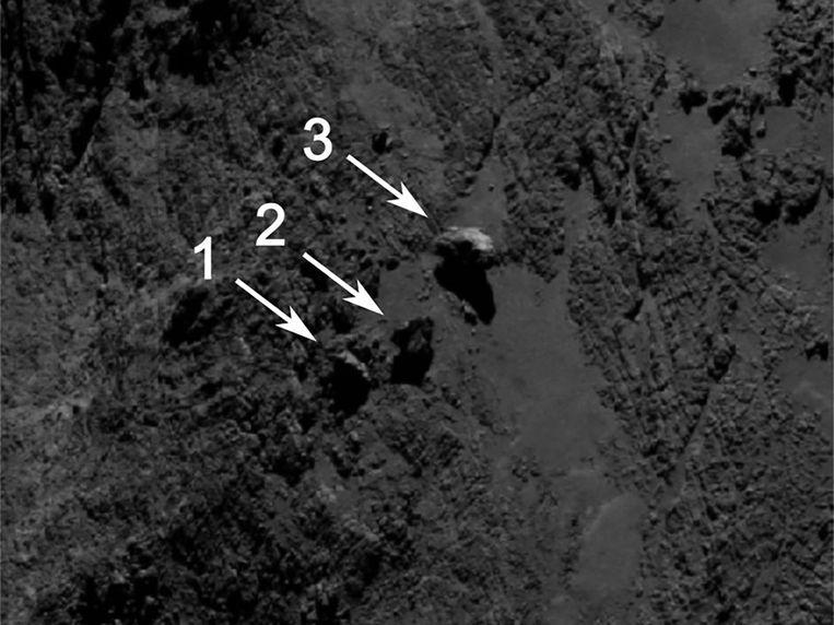 Drie rotsblokken op komeet 67P/Churyumov-Gerasimenko. De grootste (3) lijkt op zijn 'punt' te balanceren. Beeld ESA/Rosetta/MPS