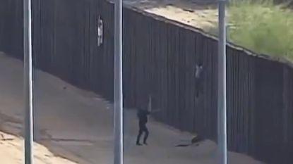 Migranten zwaargewond na poging grens met de VS over te klimmen