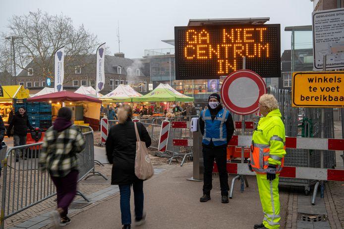 Onder meer het tekstborden werden mensen in Apeldoorn opgeroepen niet verder te winkelen. Ook langs de toegangswegen naar het centrum stond die boodschap.