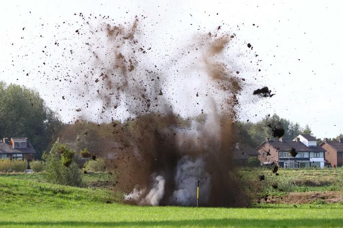 De EOD maakt elders een explosief onschadelijk. Dit is niet het explosief dat in Altena is gevonden.