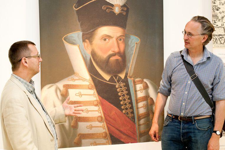 Professor Norbert Pap en Jaap Scholten bij het portret van Miklós Zrínyi. Beeld Katalin Sandor