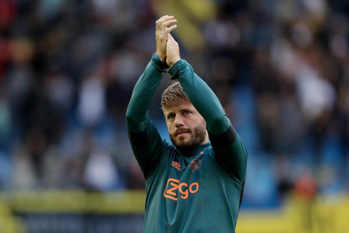 Lasse Schöne bedankt de supporters van Ajax na de uitwedstrijd bij Vitesse.
