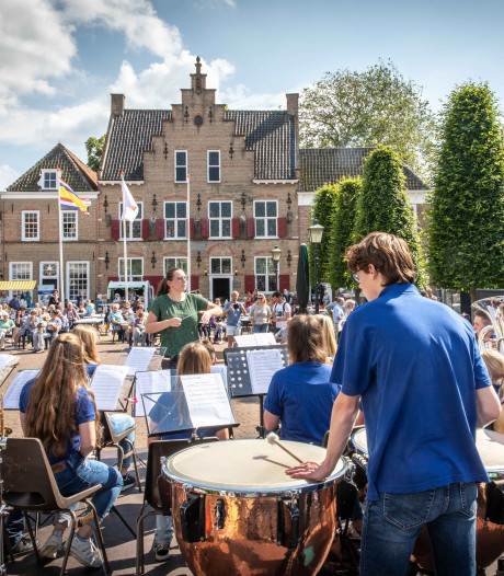 Markt in Smerdiek vol door minifestival Waterpoort