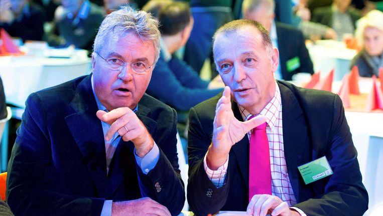 Voetbaltrainer Guus Hiddink (L) in gesprek met handbalcoach Bert Bouwer tijdens het Nationaal Coach Congres in Sportcentrum Landstede. Beeld anp