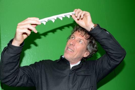 De Tilburgse ontwerper Michiel van der Kley met een 3D-geprint schaalmodel van de loopbrug die met een 3D-printer van beton wordt gemaakt voor de Nijmeegse wijk Zwanenveld.