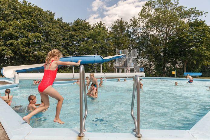 Hoewel zwemmen al een tijdje weer mag en het weer goed is, blijft topdrukte uit bij zwembad in Hasselt.