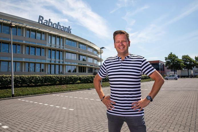Rob Veenman op de parkeerplaats bij de Rabobank in De Lier.  Hier wordt negen avonden lang een musical van basisscholieren uitgevoerd.