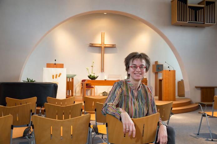 Dominee Ina Veldhuizen in de kerkzaal van de Wingerd. Foto Theo Kock