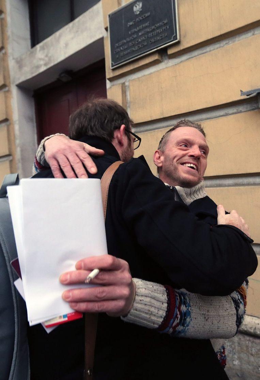 Ubels viert de Russische amnestie met de mede gearresteerde Britse journalist Kieron Bryan. Beeld epa