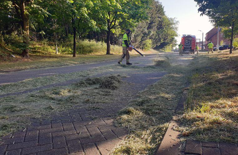 Vrachtwagen verliest lading stro.