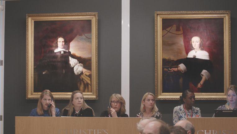 Op de achtergrond twee portretten van schilder Ferdinand Bol, die van de Joodse familie Hamburger waren. Beeld