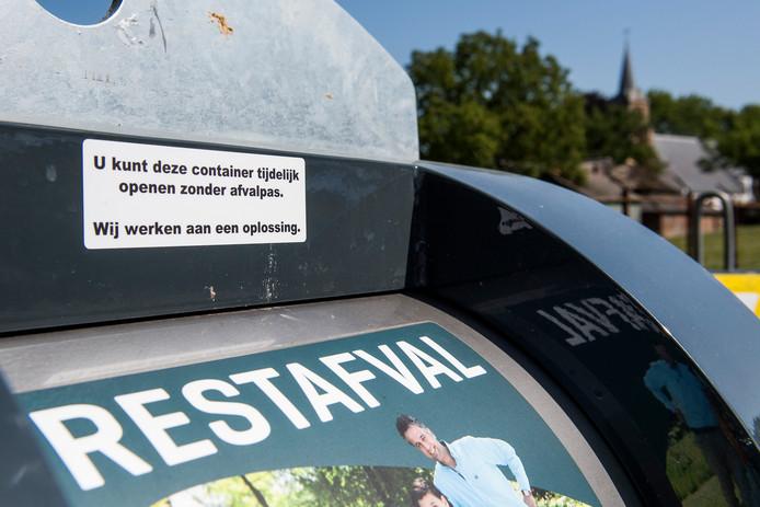 De vuilcontainer aan de Molenkampstraat in Enspijk werket niet en inwoners konden hun vuil gratis kwijt
