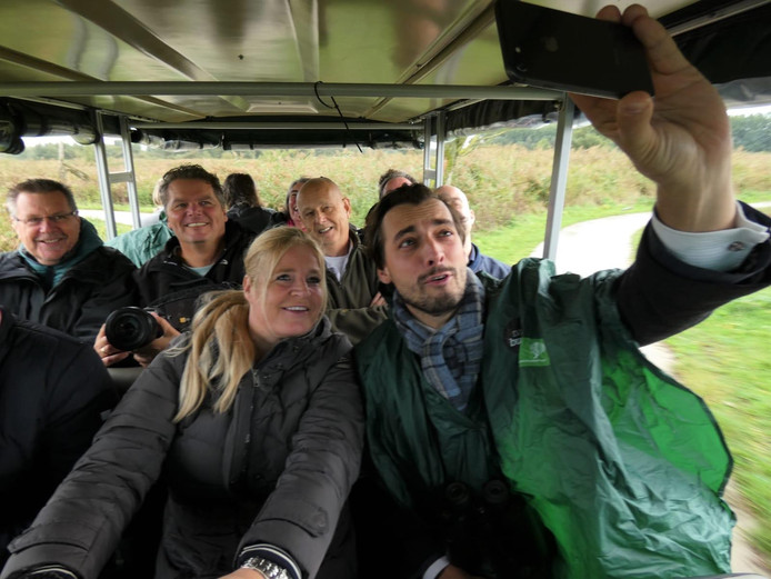 Thierry Baudet maakt een selfie in de eco-kar van Annemieke van Straaten en het gezelschap van FVD-kopstukken.