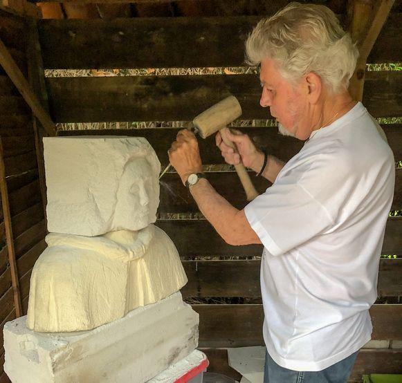 Tony Peirsman werkt aan de nieuwe beelden voor de kerststal van Steendorp.