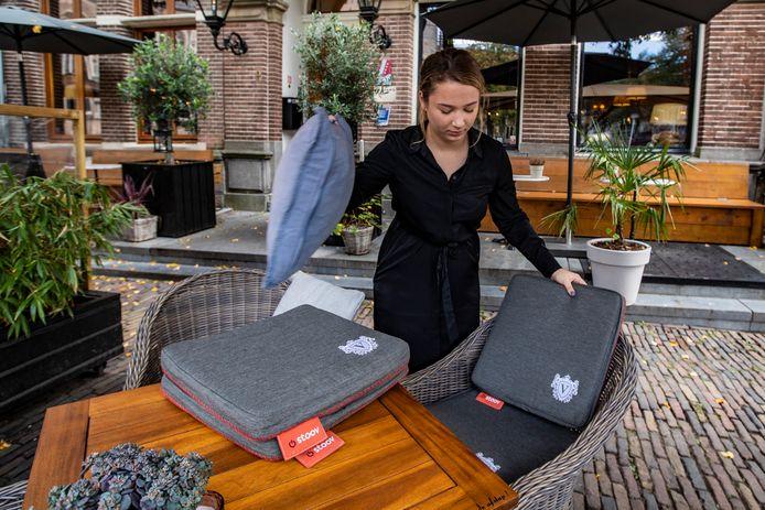 Eva Gähler van Huis Vermeer maakt het terras gereed met verwarmbare kussens.