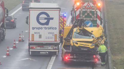 Bestelwagen tegen vrachtwagen: één gewonde