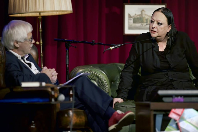 Presentator Dik van Beest (links) in gesprek met de bekende advocate Inez Weski tijdens talkshow Spraakvermaak in Terheijden. foto Johan Wouters/pix4profs