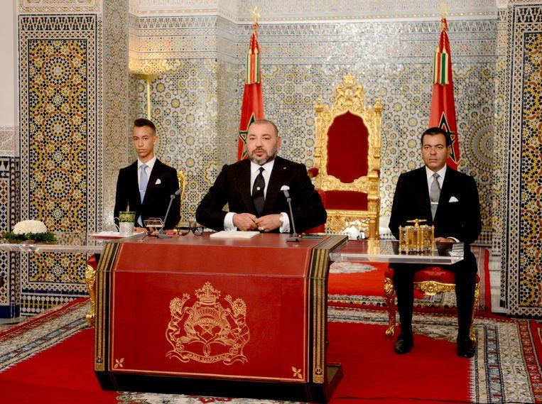 Koning Mohammed VI van Marokko (midden) tijdens zijn toespraak in Tetouan.