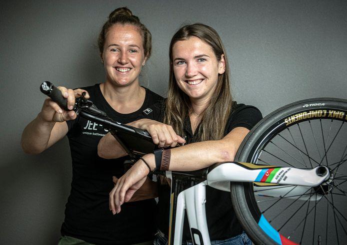 Merel Smulders (rechts) met zus Laura.