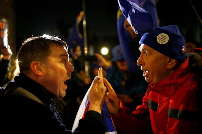Voor en tegenstanders van de Brexit in een felle discussie bij een demonstratie in Londen.