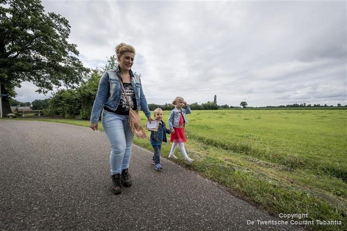 Rianne Franke met haar kinderen Carlijn en Chris lopen de eerste avond mee met de eerste driedaagse van Manderveen.