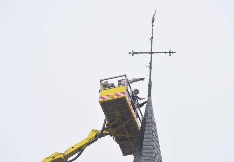 Een kraan bracht een bak tot tegen het kruis