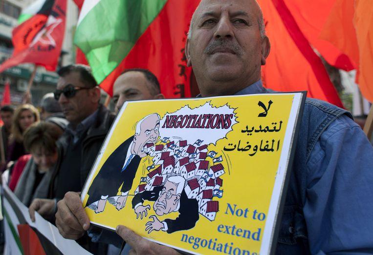 Een Palestijn protesteert tegen het verlengen van de vredesonderhandelingen tussen Israël en Palestina. Beeld ap