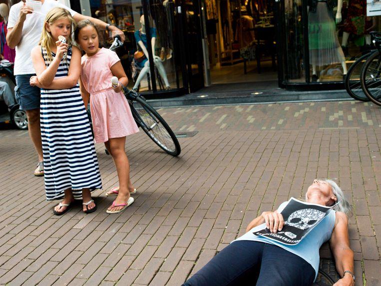 De die-in van Extinction Rebellion in de Haarlemse Barteljorisstraat.   Beeld Eva Roefs