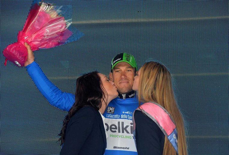 Maarten Tjallingii krijgt de blauwe trui na de derde etappe van de Giro Beeld epa