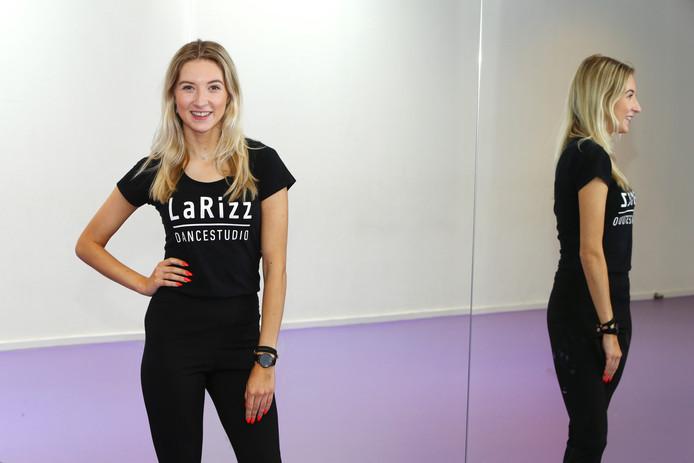 Larissa Bakker in haar dansschool, na de zomer start een 'G' dansgroep.