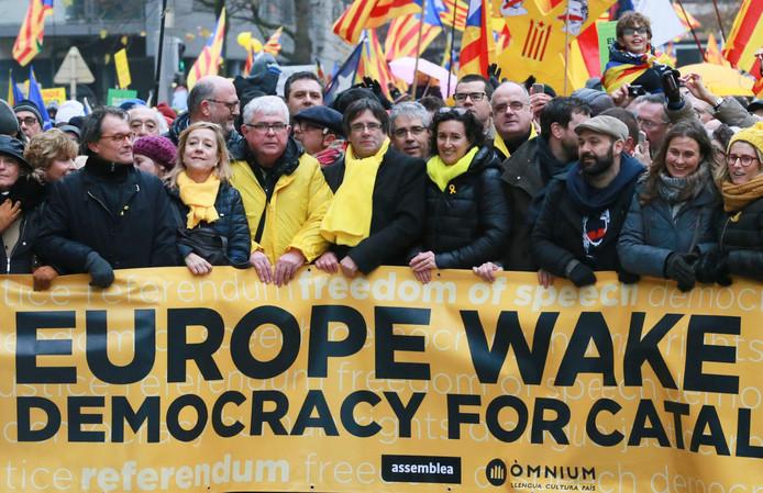 Carles Puigdemont  (midden met gele sjaal) voegde zich na begin van de demonstratie bij zijn aanhangers in de straten van Brussel.
