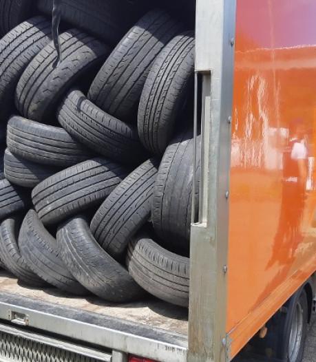 Politie vindt zwangere vrouw, 5 kinderen ingeklemd tussen autobanden in vrachtwagen